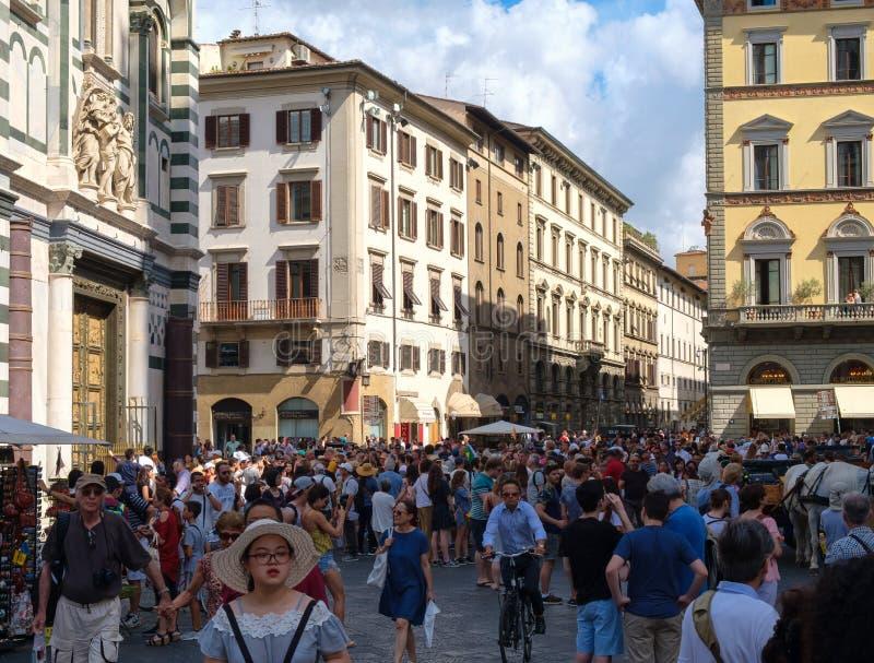 Toeristen in Piazza del Duomo in de middeleeuwse stad van Florence, Italië stock foto