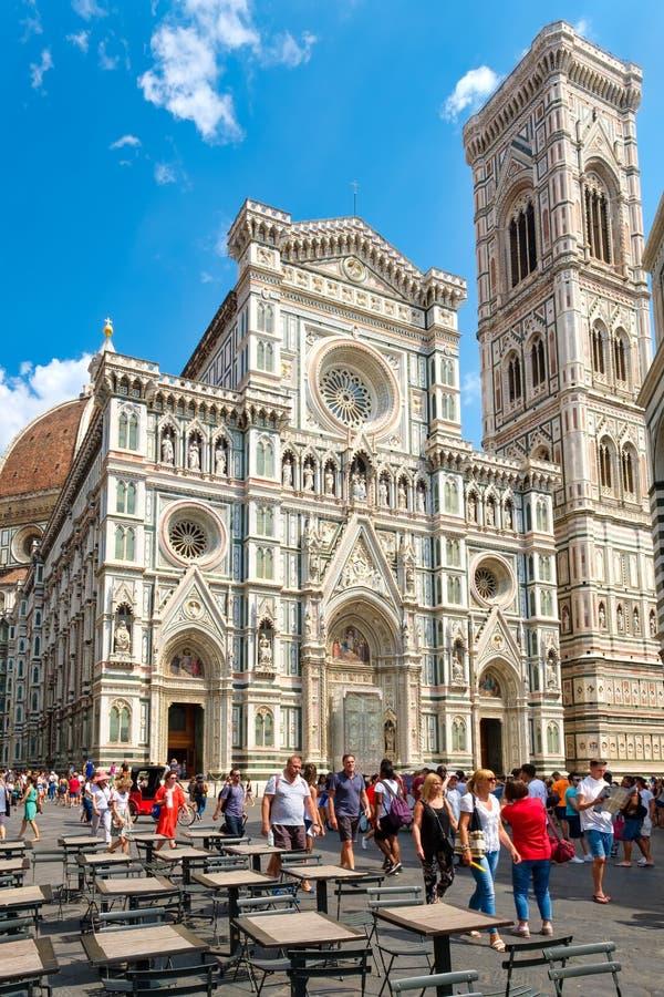 Toeristen in Piazza del Duomo met een mening van de Kathedraal in Florence, Italië royalty-vrije stock foto