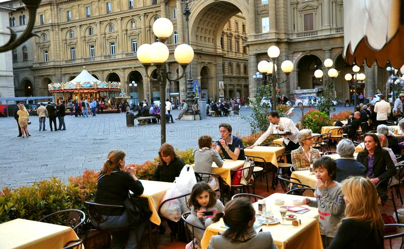 Toeristen in Piazza della Repubblica, Florence royalty-vrije stock foto