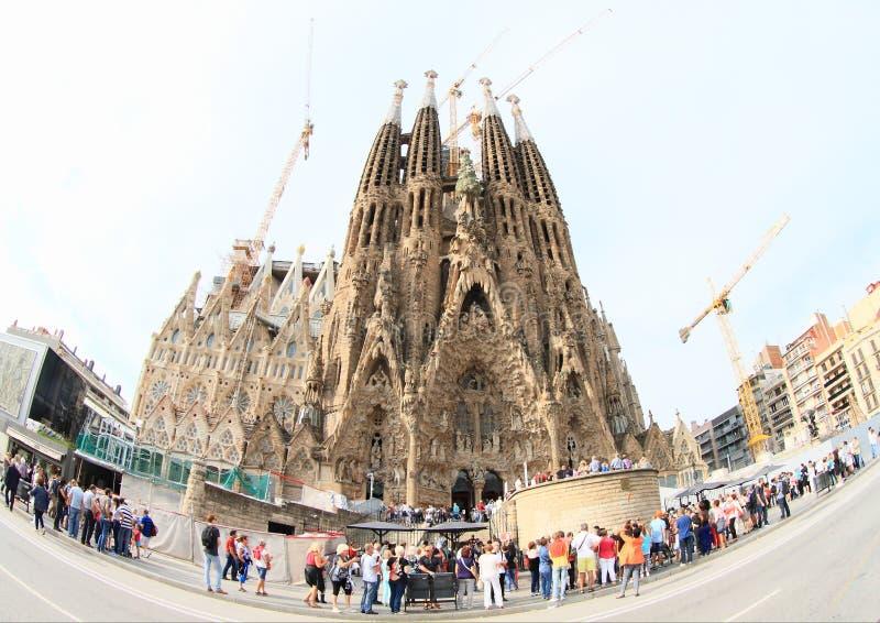 Toeristen rond basiliek Sagrada Familia stock foto's