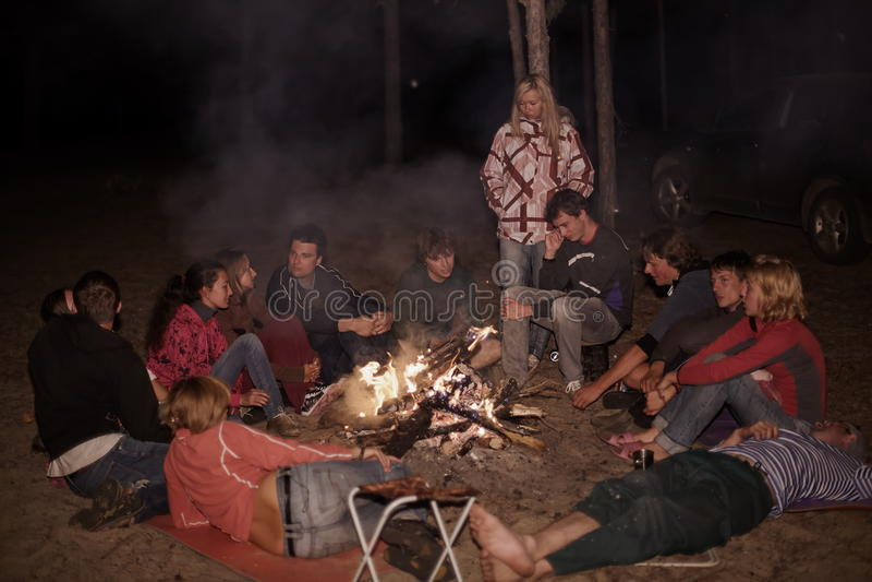 Toeristen rond het kampvuur bij nacht royalty-vrije stock fotografie