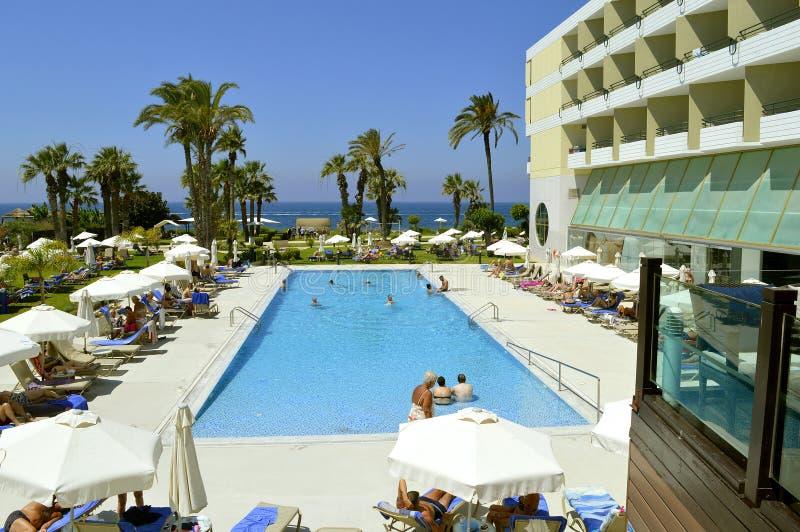 Toeristen rond het zwembad in Louis Imperial Beach-hotel royalty-vrije stock afbeelding