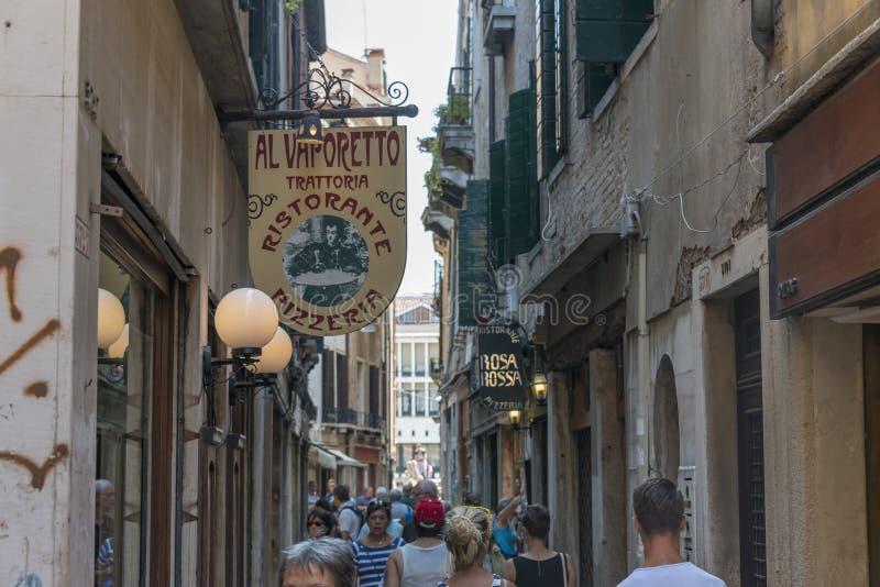 Toeristen in straat Venetië royalty-vrije stock foto's