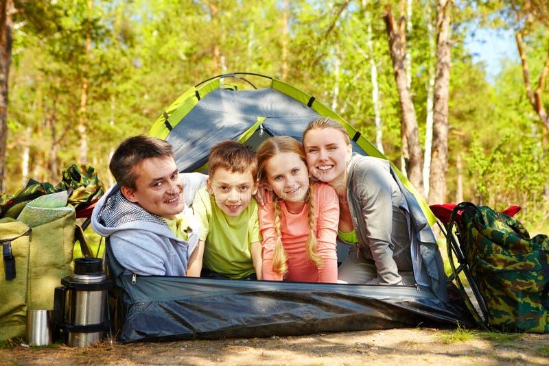 Toeristen in tent stock afbeelding