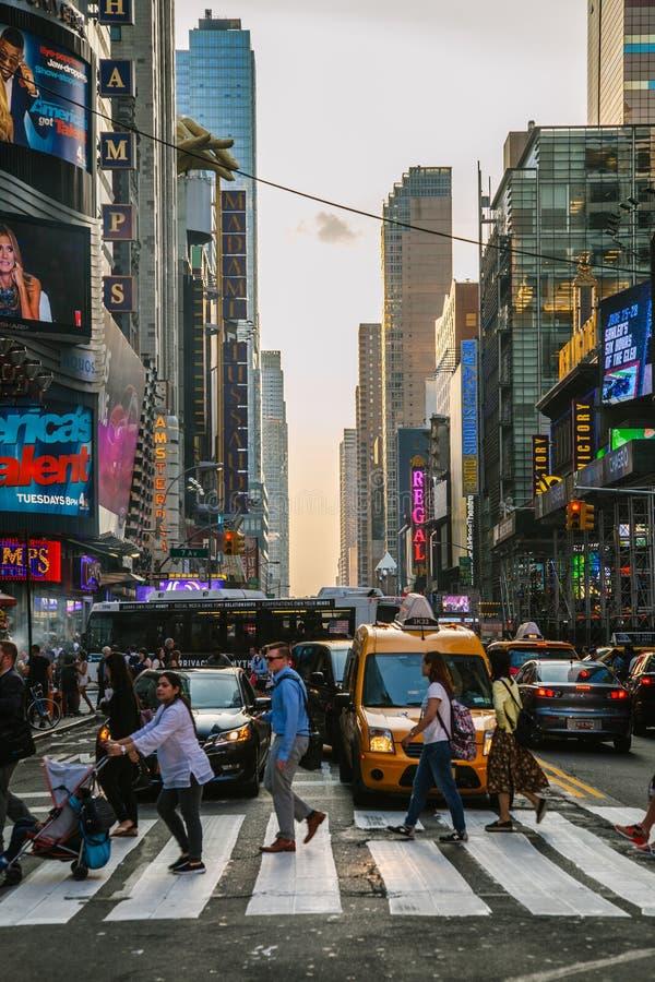 Toeristen in Times Square stock foto's