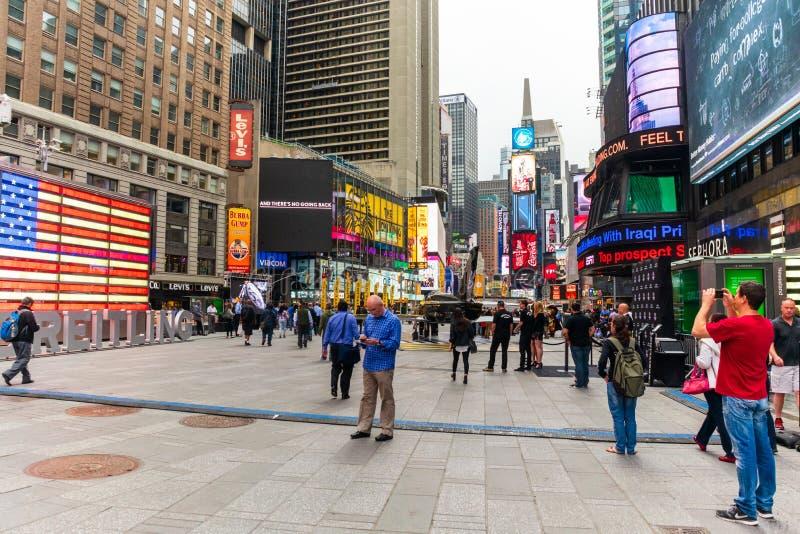 Toeristen in Times Square op een Bewolkte Ochtend stock afbeelding