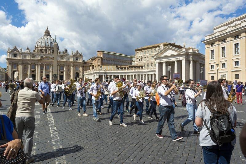 Toeristen voor St Peter ` s Basiliek in de Stad van Vatikaan, Rome, Italië stock afbeelding