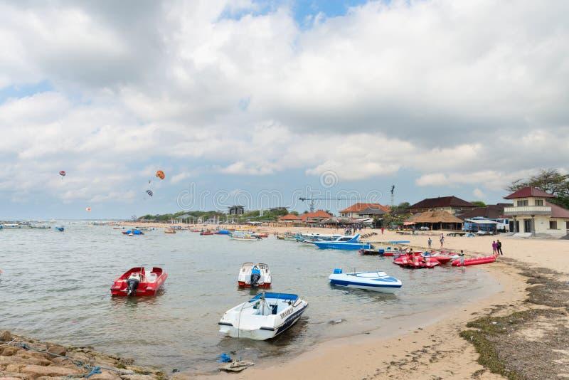 Toeristen watersport strand op Bali royalty-vrije stock afbeeldingen