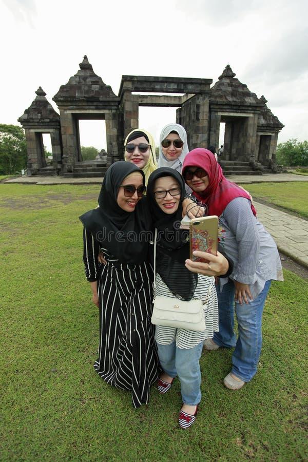 Toeristen Wefie met Paleis het Achtergrond van Ratu Boko stock foto