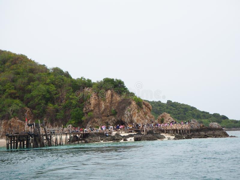 Toeristenboot aan Ko Kham stock foto