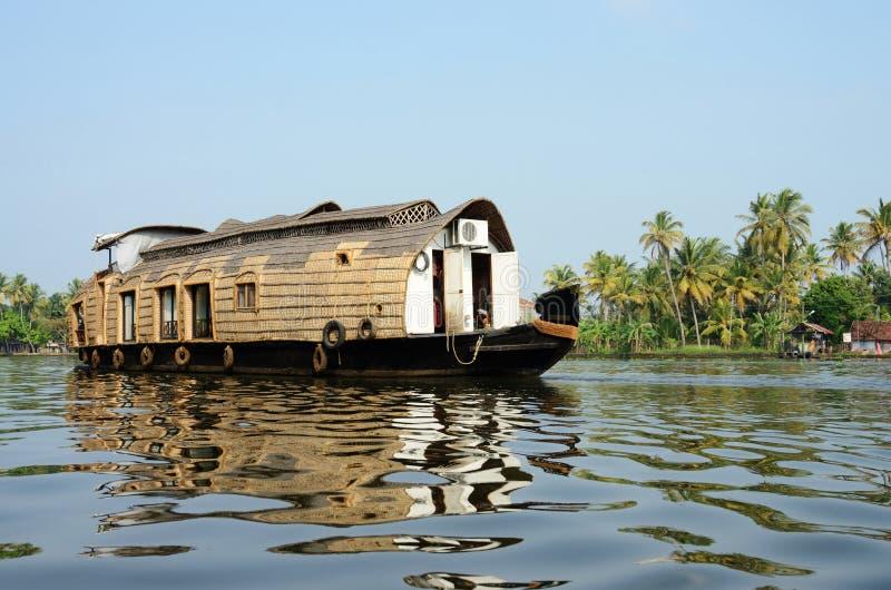 Toeristenboot bij de binnenwateren van Kerala, Alleppey, India stock foto