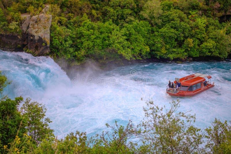 Toeristenboot bij Huka-Dalingen, Waikato-rivier, Nieuw Zeeland stock afbeelding