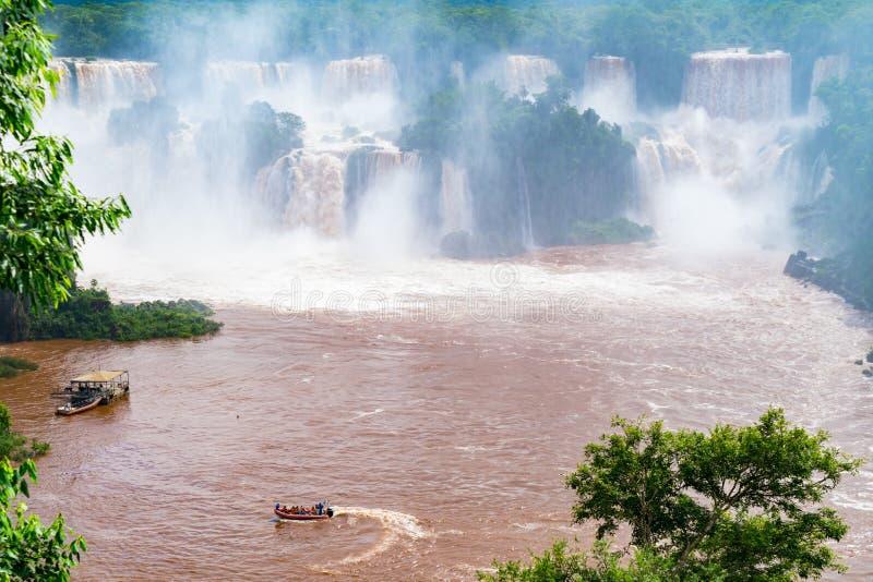 Toeristenboot die in de Iguazu-Rivier voor de mooie Iguazu-Dalingen lopen stock foto
