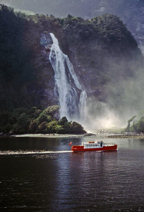 Toeristenboot die in Milford-geluid kruisen - Nieuw Zeeland stock foto's