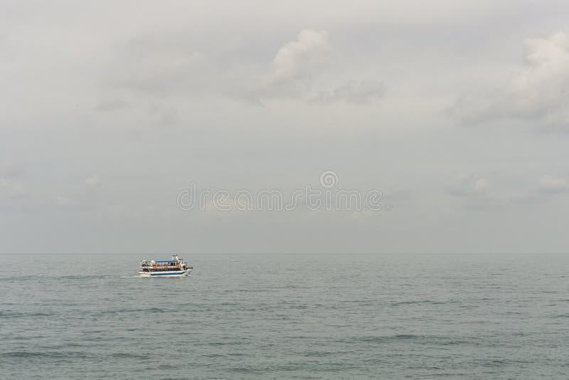 Toeristenboot op Blauwe het zeegezicht abstracte achtergrond van de watermiddellandse zee stock foto's