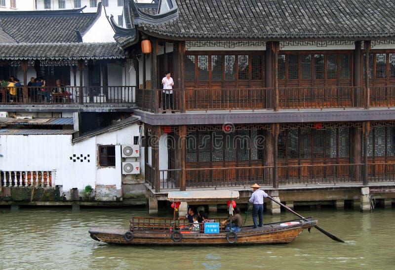 Toeristenboot op kanaal van oude waterstad - Chinees Venetië dichtbij Shanghai, met een geschiedenis van meer dan 1700 jaar stock foto