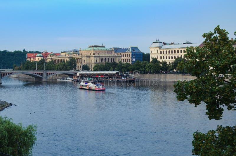 Toeristenboot op Vltava-rivier in Praag stock afbeelding