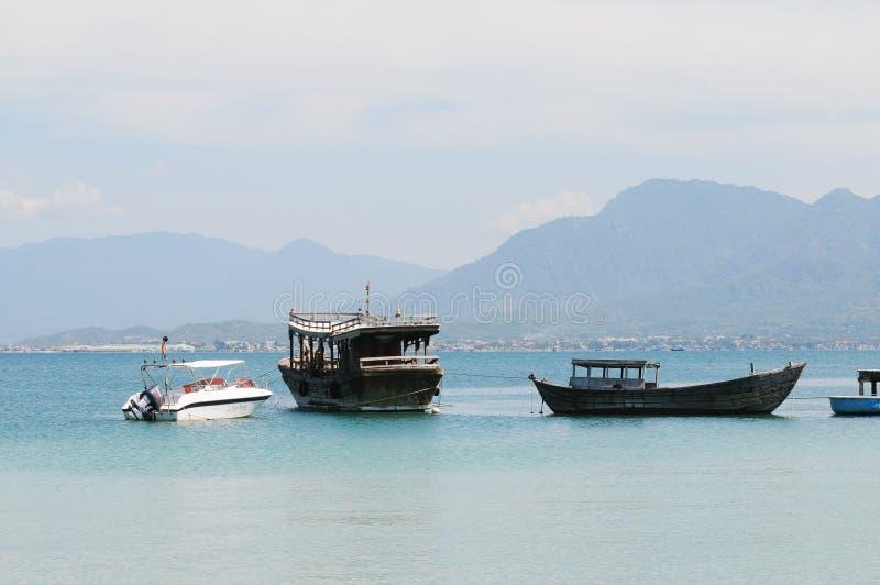 Toeristenboten bij de belangrijkste pijler in Nha Trang, Vietnam royalty-vrije stock afbeeldingen
