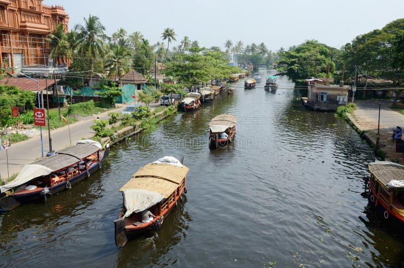 Toeristenboten bij de binnenwateren van Kerala, Alappuzha, Kerala, India stock afbeelding