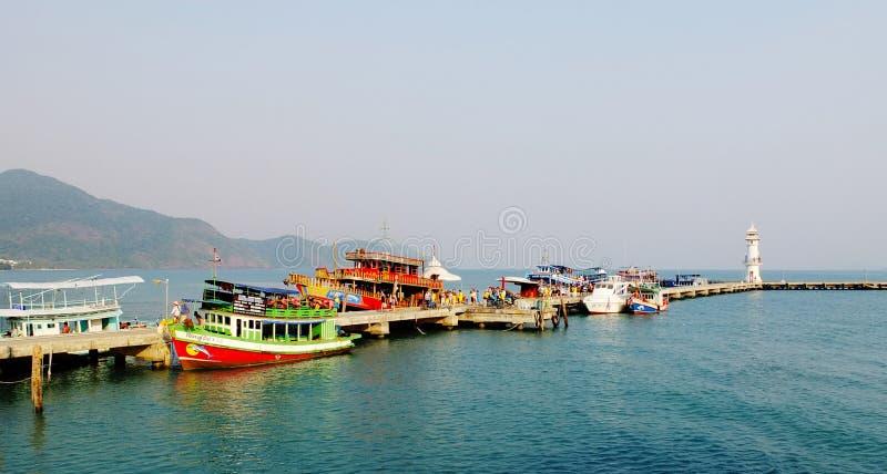 Toeristenboten bij de pier in Koh Chang, Thailand stock fotografie