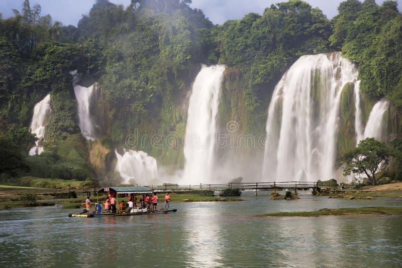 Toeristenboten die Detian-Watervallen in Guangxi-Provincie, Chi bekijken stock foto