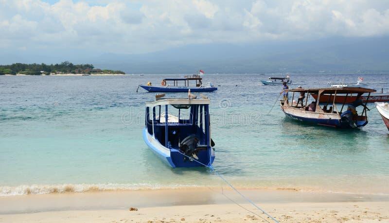 Toeristenboten die op passagiers in Bali, Indonesië wachten royalty-vrije stock afbeeldingen