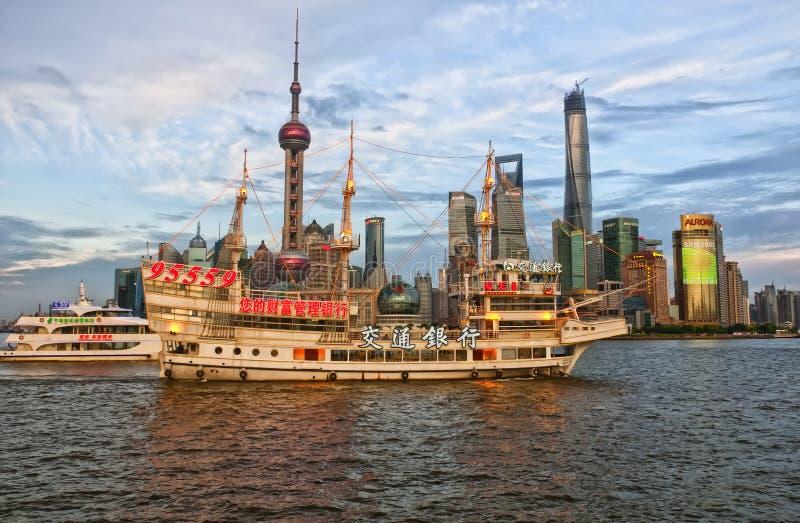 Toeristenboten op de Huangpu-Rivier royalty-vrije stock afbeelding
