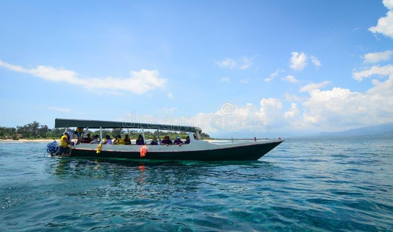 Toeristenboten op het overzees in Bali, Indonesië stock afbeeldingen