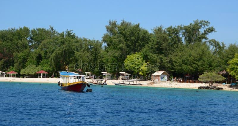 Toeristenboten op het overzees in Lombok, Indonesië stock foto