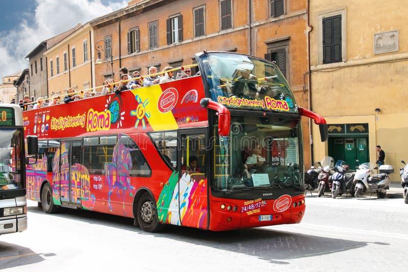 Toeristenbus met passagiers op straat in Rome, Italië royalty-vrije stock afbeelding
