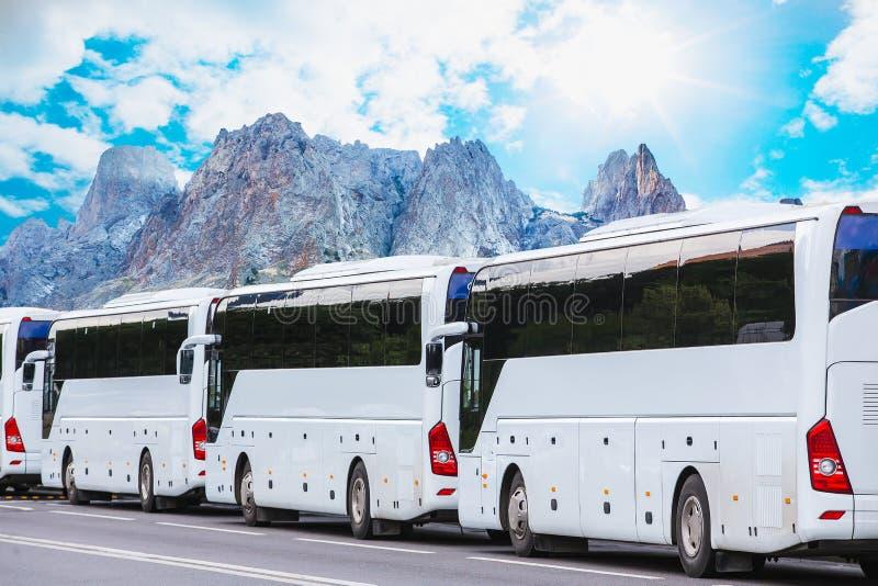 toeristenbussen op de achtergrond van het berglandschap stock afbeelding