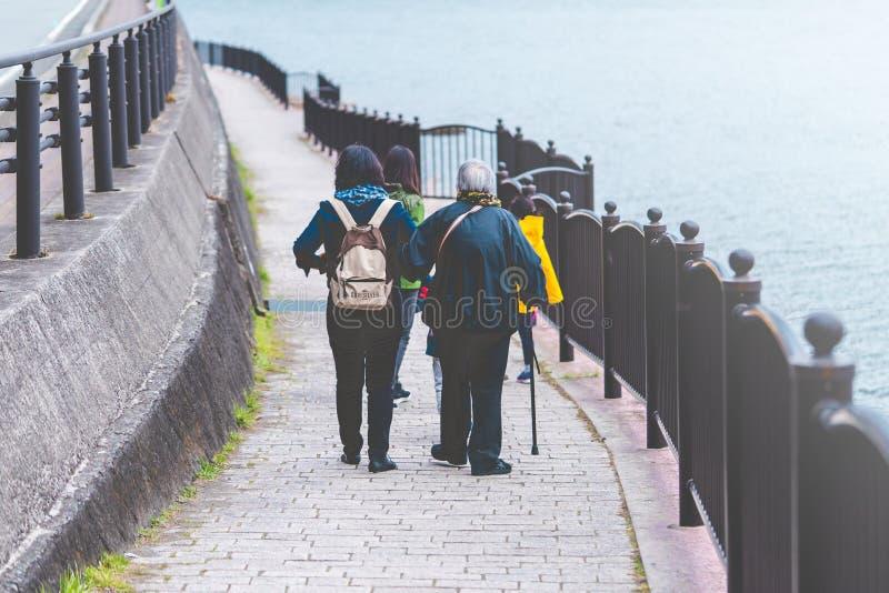 Toeristenfamilie die op Kawaguchiko-meer lopen stock afbeeldingen