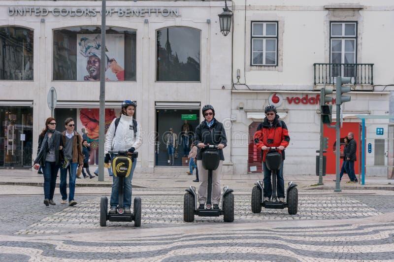 Toeristengroep die Segway-stadsreis in Lissabon hebben geleid royalty-vrije stock foto