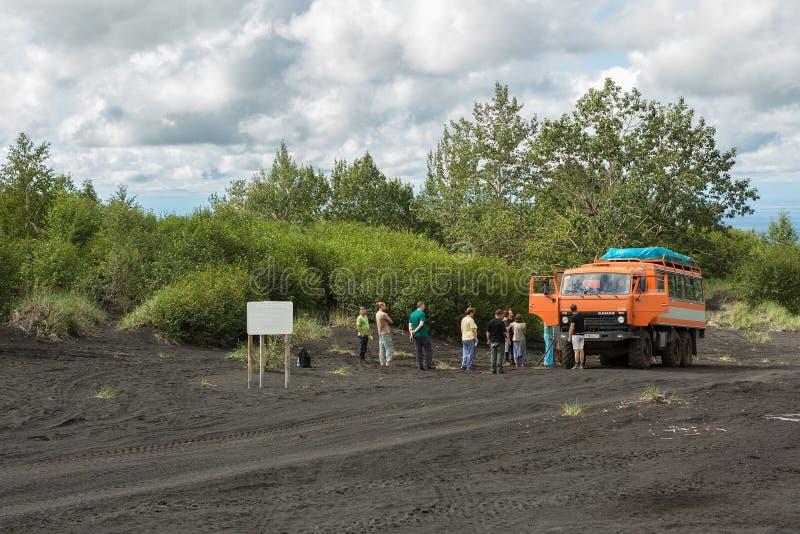 Toeristengroep op de weg aan het Klyuchevskoy-Aardpark Het schiereiland van Kamchatka stock foto