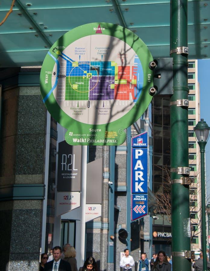 Toeristenkaart van het district van de centrumstad van Philadelphia op een lichte pool op een stadsstraat stock afbeeldingen