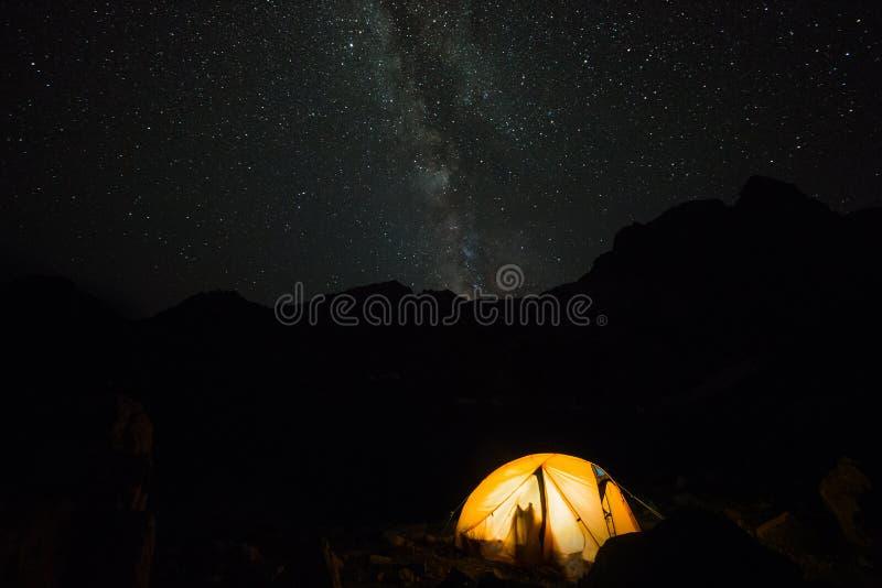 Toeristenkamp in nachtberg stock foto