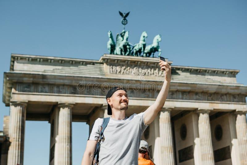 Toeristenkerel die een selfie nemen of beelden van gezichten nemen royalty-vrije stock foto