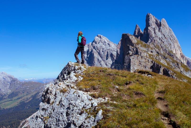 Toeristenmeisje bij het Dolomiet stock afbeelding