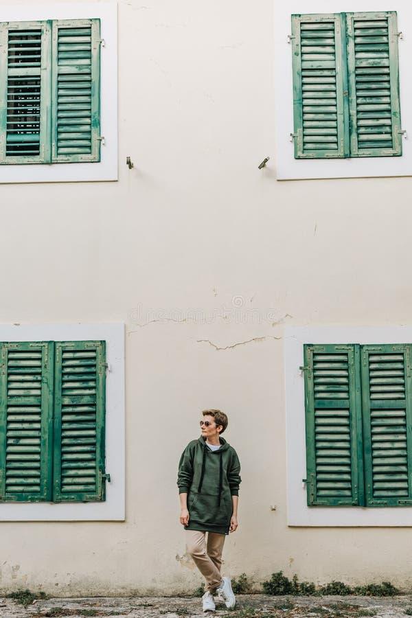 Toeristenmeisje die houten blindenvensters het Italiaans bouwen royalty-vrije stock foto