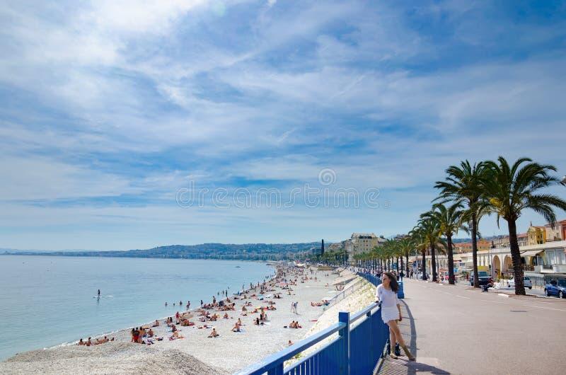 Toeristenmeisje die in witte kleding op promenade in Nice, Frankrijk genieten van royalty-vrije stock afbeelding
