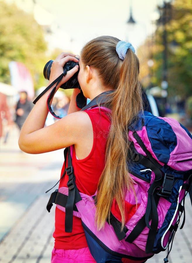 Toeristenmeisje met rugzak die beelden op digitale camera nemen royalty-vrije stock foto