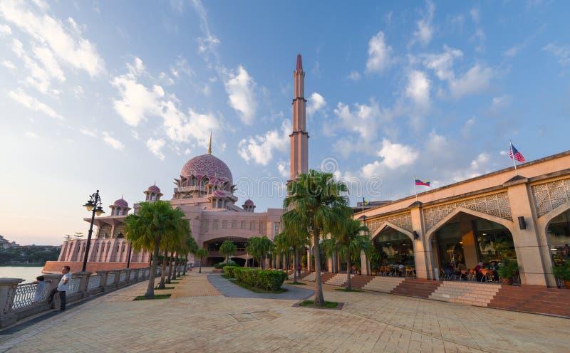 Toeristenmening naar Putra-Moskee stock afbeeldingen