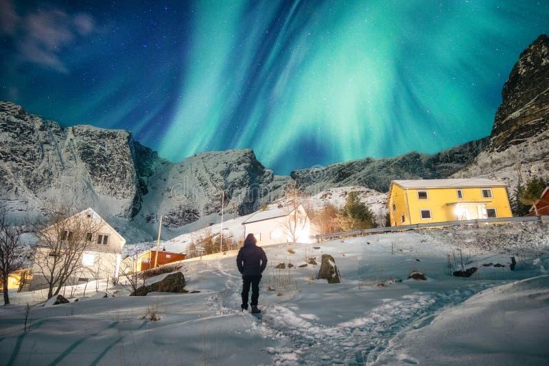 Toeristenmens die zich met het bekijken aurora borealis in de hemel bevinden royalty-vrije stock foto's