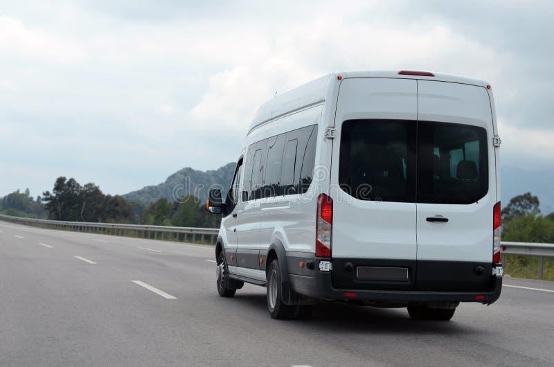 Toeristenminibus in motie op achtergrondbergen royalty-vrije stock foto's