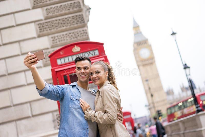 Toeristenpaar die selfie in Big Ben, Londen nemen royalty-vrije stock foto's