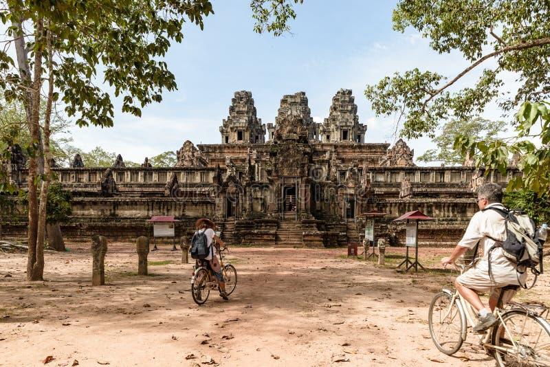 Toeristenpaar het cirkelen rond Angkor-tempel, Kambodja De bouw van Ta Keo ru?nes in de wildernis Eco het vriendschappelijke toer stock afbeeldingen