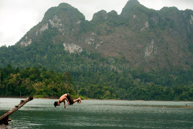 Toeristenpret het springen water in het Meer van Cheow Larn (Ratchaprapa-Dam), stock afbeeldingen