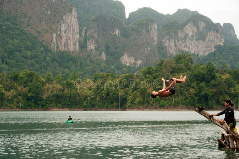 Toeristenpret het springen water in het Meer van Cheow Larn (Ratchaprapa-Dam), royalty-vrije stock afbeelding