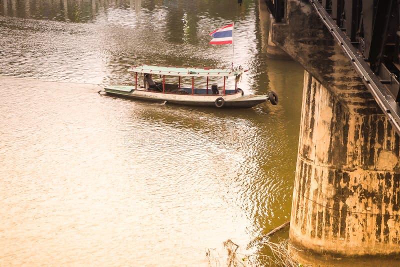 Toeristenreis door boot en de brug over het belangrijkste historische oriëntatiepunt van rivierkwai van Kanchanaburi Thailand Te  stock afbeelding