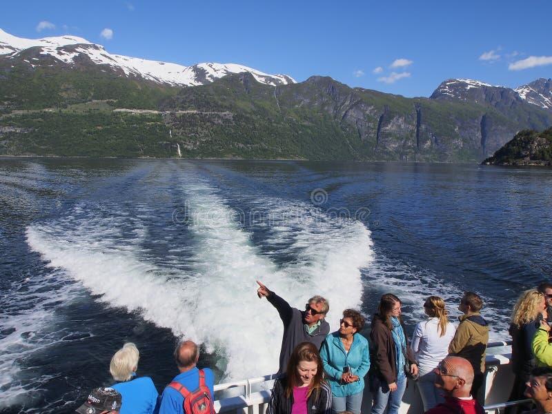 Toeristenreis naar de Geiranger-fjord op een cruiseschip stock foto's